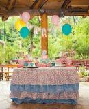 Tabela do aniversário com os doces para o partido das crianças Fotografia de Stock