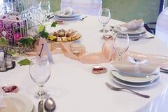 Tabela do casamento ajustada com flor fotografia de stock royalty free