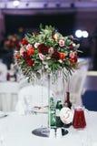 Tabela do casamento com as bebidas decoradas com o ramalhete das rosas e da GR Fotografia de Stock Royalty Free