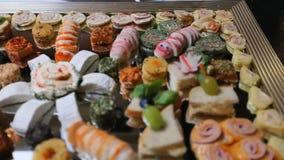 Tabela do casamento com doces e bolos, doces das pastelarias vídeos de arquivo