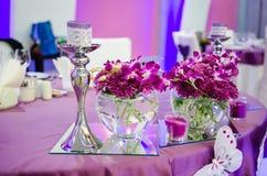 Tabela do casamento com flores Imagens de Stock Royalty Free