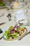 Tabela do casamento com salada verde Fotografia de Stock Royalty Free