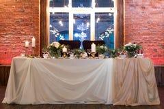 Tabela do casamento decorada com flores Fotos de Stock Royalty Free
