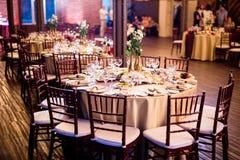 Tabela do casamento decorada com luzes internas Imagens de Stock Royalty Free