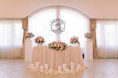 Tabela do casamento decorada com ramalhete e velas imagem de stock