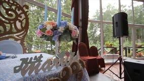Tabela do casamento em uma festa do casamento decorada com ramalhete nupcial Banquete Salão Tabela festiva para os noivos imagens de stock