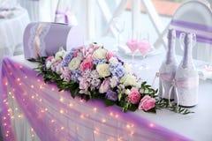 Tabela do casamento para recém-casados com flores Imagem de Stock Royalty Free
