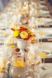 Tabela do casamento Ramalhetes do arranjo de flores como a decoração para o casamento Imagem de Stock Royalty Free