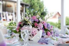 Tabela do casamento do serviço com flores Imagens de Stock