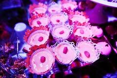 Tabela do copo de água da elegância com alimento e decoração Panakota com avelã foto de stock royalty free