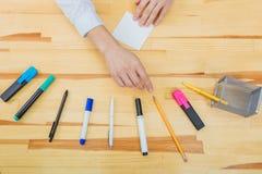 Tabela do escritório com acessórios: uma folha de papel branca, um marcador azul-cor-de-rosa, um vidro do café, uma pena imagem de stock royalty free