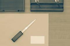 Tabela do escritório com bloco de notas, envelope do vintage e fontes Vista de cima do espaço Fotografia de Stock