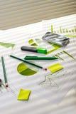Tabela do escritório com material de trabalho Imagens de Stock