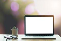 Tabela do escritório com o computador da tela vazia do portátil Foto de Stock Royalty Free