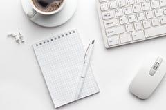 Tabela do escritório com o copo do bloco de notas, do computador e de café Fotografia de Stock Royalty Free