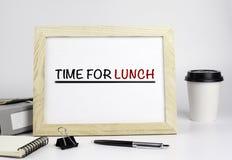 Tabela do escritório com quadro de madeira com texto - hora para o almoço Imagens de Stock Royalty Free