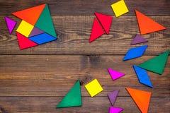 Tabela do escritório da parte do jogo do enigma de serra de vaivém na zombaria de madeira da opinião superior do fundo do grupo d foto de stock