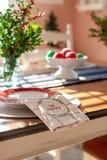 Tabela do feriado decorada para o vertical do Natal fotografia de stock royalty free