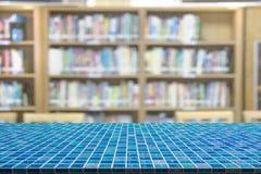 Tabela do mosaico com fundo do borrão da biblioteca foto de stock