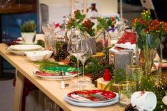 Tabela do Natal, ajuste festivo da tabela do Natal, pratos elegantes imagem de stock royalty free