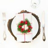 A tabela do Natal ajustou-se com dishware, a pratas e inverno brancos, decorações rústicas no fundo branco Vista superior fotos de stock royalty free