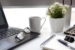 Tabela do negócio com portátil e café fotos de stock royalty free