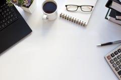 Tabela do negócio com portátil e café foto de stock royalty free