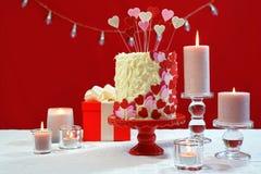 A tabela do partido do dia de Valentim com corações do showstopper endurece Fotos de Stock