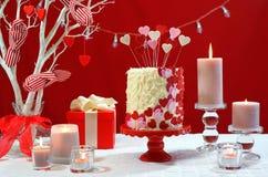 A tabela do partido do dia de Valentim com corações do showstopper endurece Fotografia de Stock