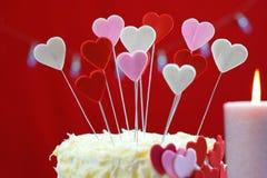 A tabela do partido do dia de Valentim com corações do showstopper endurece Imagens de Stock Royalty Free