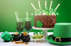 Tabela do partido do dia do St Patricks com bolo de chocolate Imagens de Stock