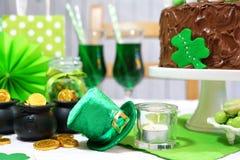 Tabela do partido do dia do St Patricks com bolo de chocolate Imagem de Stock