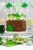 Tabela do partido do dia do St Patricks com bolo de chocolate Fotos de Stock Royalty Free