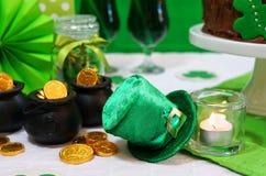 Tabela do partido do dia do St Patricks com bolo de chocolate Foto de Stock Royalty Free