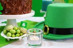 Tabela do partido do dia do St Patricks com bolo de chocolate Fotos de Stock
