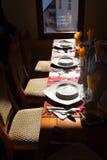 Tabela do restaurante com placas Imagens de Stock Royalty Free
