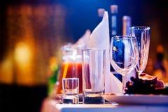 Tabela do restaurante com vidros e guardanapo Foto de Stock Royalty Free