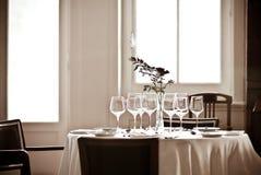 Tabela do restaurante do luminoso Imagens de Stock Royalty Free