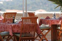 Tabela do restaurante no terraço ensolarado. imagem de stock