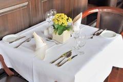 Tabela do restaurante para dois Foto de Stock Royalty Free