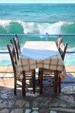 Tabela do restaurante pelo mar Fotografia de Stock