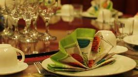 A tabela do restaurante serviu para a celebração, banquete do cargo-soviete na sala de jantar vídeos de arquivo