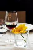 Tabela do restaurante - vinho vermelho e flor amarela Imagens de Stock