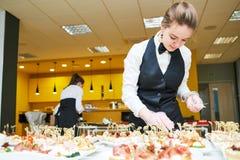Tabela do serviço da empregada de mesa do restaurante com alimento fotografia de stock royalty free