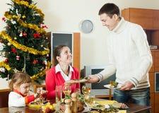Tabela do serviço do homem para a família na época natalícia Fotos de Stock