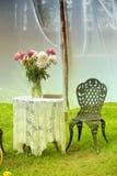 Tabela do vintage com as cadeiras no jardim Fotografia de Stock Royalty Free