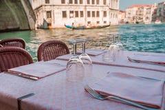 Tabela dos vidros do vinho em Veneza Imagens de Stock Royalty Free