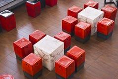 Tabela e bancos de mármore e cerâmicos Fotografia de Stock Royalty Free