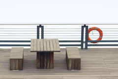 Tabela e bancos de madeira Foto de Stock Royalty Free