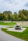 Tabela e bancos de piquenique em um parque Foto de Stock Royalty Free